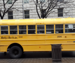 אוטובוס צהוב בלב העיר