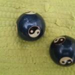 כדורים סיניים על שטיח ירוק