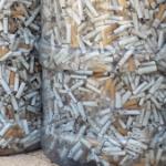 ערימה של בדלי סיגריות בצנצנת