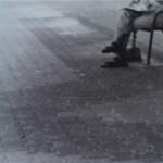 רגליים של איש זקן שיושב על ספסל