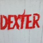 גרפיטי אדום עם המילה דקסטר על קיר לבן