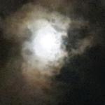 תמונה של ירח בלב שמיים שחורים