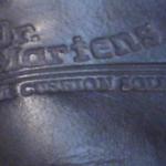 סמל של דוקטור מרטנס על גבי הנעל