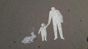 גרפיטי של איש ילד וארנב