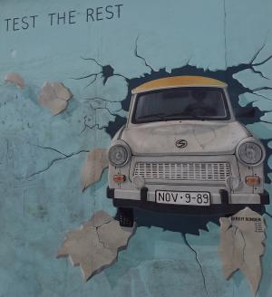 גרפיטי של מכונית בתור קיר
