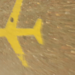 מטוס צהוב על מדרכה חומה