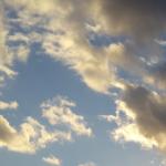 עננים אפורים בשמיים כחולים