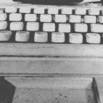 תמונה של מכונת כתיבה ישנה