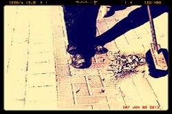 אדם צועד על מדרכה