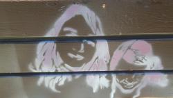גרפיטי על ספסל של שתי ילדות