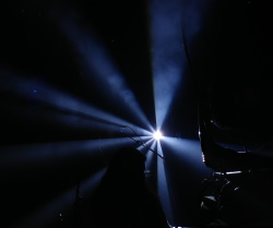 צל ואור על הבמה