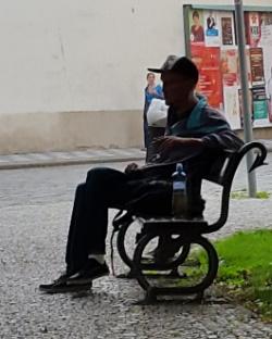 איש על ספסל
