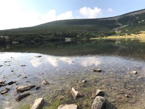 אגם וסלעים